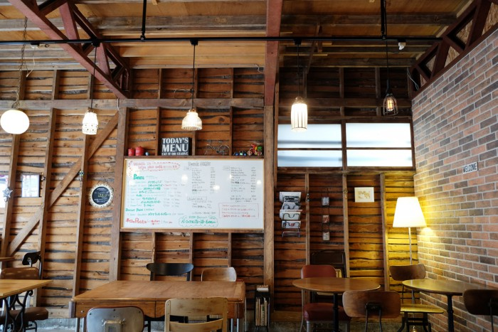 築50年以上の古い倉庫を改装した店内は、倉庫の無骨な雰囲気を残しながらも味わいのある木の梁(ハリ)とレンガ調の壁、そしてオーナーのセンスが光る家具や小物が絶妙にマッチした温かみのある空間になっています。